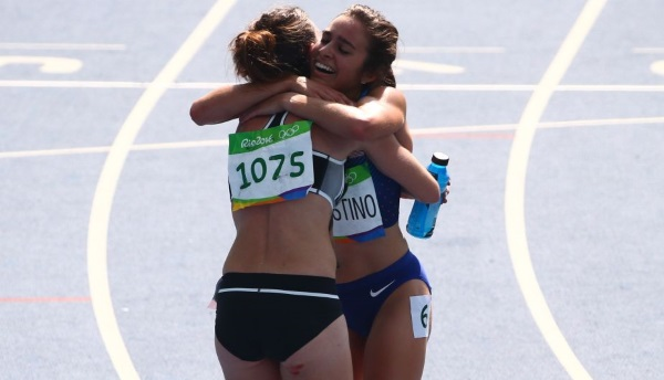 2016 Rio Olympics - Athletics - Preliminary - Women's 5000m Round 1 - Olympic Stadium - Rio de Janeiro, Brazil - 16/08/2016. Abbey D'Agostino (USA) of USA embraces Nikki Hamblin (NZL) of New Zealand after finishing the race. Hamblin helped the injured D'Agostino get back up on the track during the race.       REUTERS/David Gray (BRAZIL  - Tags: OLYMPICS SPORT ATHLETICS TPX IMAGES OF THE DAY) FOR EDITORIAL USE ONLY. NOT FOR SALE FOR MARKETING OR ADVERTISING CAMPAIGNS.